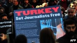 Protest turskih novinara koji traže od premijra Redžepa Tajipa Erdogana da oslobodi njihove kolege (arhivski snimak)