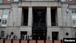 Вхід до суду, де розглядається справа Манафорта