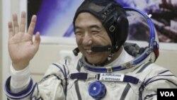El cosmonauta japonés Satoshi Furukawa intentará cultivar tomates y pepinos en la nave para estudiar posibilidades de alimentación en el espacio.