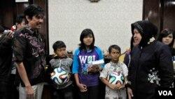Walikota dan Komisioner Komnas HAM memberikan hadiah kepada anak-anak yang sempat tinggal di sekitar lokalisasi. (VOA/Petrus Riski)