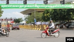 (File) Billboard promoting corruption in Phnom Penh on December 9, 2015. (Hean Socheata/ VOA Khmer)