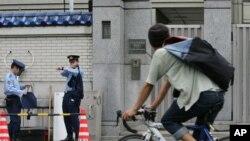 일본 도쿄의 조총련 중앙본부 입구를 일본 경찰이 지키고 있다. (자료사진)