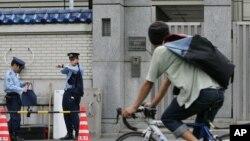 일본 도쿄의 재일본조선인총연합회 본부 입구를 일본 경찰이 지키고 있다. (자료사진)