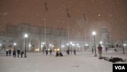 华盛顿的主要火车站前 人们雪中有乐