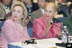 ອະດີດສະຕີໝາຍເລກໜຶ່ງ ທ່ານນາງ Hillary Clinton ແລະ ທ່ານນາງ Leia Maria Boutros Boutros-Ghali, ພັນລະຍາຂອງ ເລຂາທິການໃຫຍ່ ສະຫະປະຊາຊາດ ທ່ານ Boutros Boutros-Ghali ທີ່ກອງປະຊຸມແມ່ຍິງສາກົນ ທີ່ນະຄອອນຫລວງປັກກິ່ງ ວັນທີ່ 5 ກັນຍາ 1995.