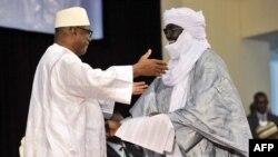 Le président du Mali Ibrahim Boubacar Keita (gauche) embrasse un représentant de la coalition des rebelles touaregs, Mahamadou Djery Maiga, à Bamako, Mali, 20 juin 2015.