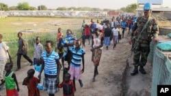 Pasukan penjaga perdamaian PBB di Sudan Selatan (UNMISS) mengawasi warga yang mengungsi ke bandara internasional di Juba (17/12).