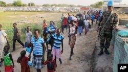 남수단 수도 주바에서 정부군과 반대 세력간의 교전이 벌어진 가운데, 17일 주민들이 유엔 시설도 대피하고 있다.