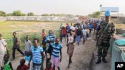 Hình do phái bộ LHQ tại nam Sudan cung cấp ngày 17/12 cho thấy binh sĩ LHQ canh gác trong lúc thường dân bỏ nhà cửa chạy lánh nạn tới một khu phức hợp tiếp giáp với sân bay quốc tế Juba.
