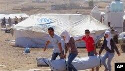 Pengungsi Suriah mendapatkan tenda bantuan dari UNHCR, setibanya di sebuah tempat penampungan pengungsi darurat di wilayah Irbil, 350 kilometer di utara Baghdad, Irak, 16 Agustus 2013 (Foto: dok).