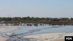 Luapan lumpur panas Lapindo Brantas mengalir ke arah utara menuju permukiman di Desa Gempolsari, Sidoarjo. (Foto: Dok VOA/Petrus Riski)