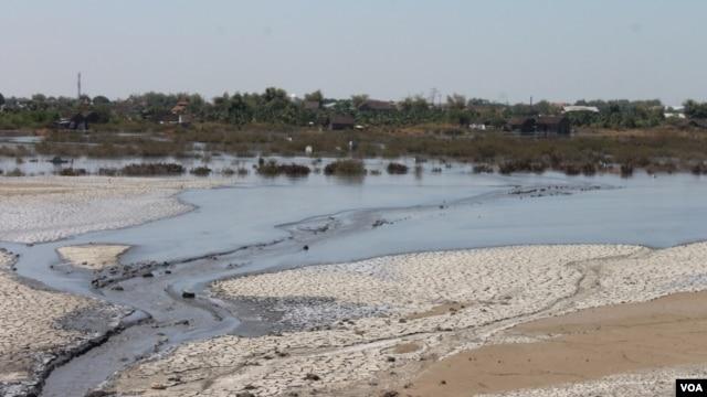 Luapan lumpur panas Lapindo Brantas mengalir ke arah utara menuju permukiman di Desa Gempolsari, Sidoarjo. (VOA/Petrus Riski)