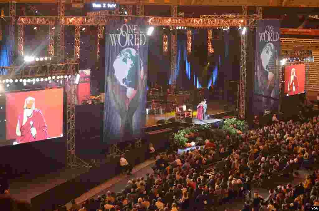 """达赖喇嘛在纽约州锡拉丘兹大学参加""""和平的共同土壤""""讨论会"""