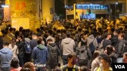 元朗7-21無差別襲擊市民事件半週年,數百市民在事發地點之一,元朗西鐵站參與集會,要求當局徹查事件真相。(美國之音湯惠芸攝)