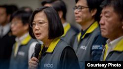 台湾总统蔡英文2020年2月7日视察中央流行疫情指挥中心(蔡英文脸书)