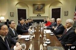 Joe Biden (2e à dr.) accueille la délégation chinoise (14 fév. 2012)