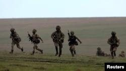 지난달 21일 나토 연합 훈련인 '윈드 스프링 15'에 참가한 영국 군이 사격 연습을 하고 있다. (자료사진)