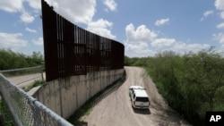 美国海关和边境保护局警车在德克萨斯州伊达戈尔沿着边境围栏巡逻。(2018年6月27日)