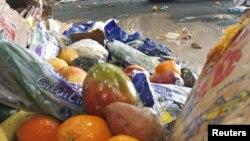 Buah yang sudah kadaluarsa dari supermarket di Pusat Daur Ulang Organik Wilmington, Delaware, AS. (Foto: Reuters/Tim Shaffer)