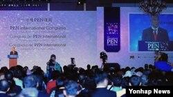 10일 한국 경주에서 개막한 제78차 국제펜 대회. 최광식 한국 문화체육관광부 장관이 개막사를 하고 있다.