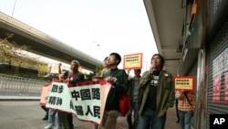 梁國雄(前排右一)率隊前往中聯辦抗議