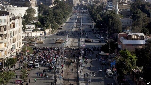 Tenkovi egipatske vojske obezbeđuju prostor oko predsedničke palate u Kairu