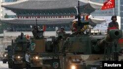 지난해 10월 한국 서울에서 건군 제65주년 국군의 날을 맞아 대규모 군 시가행진이 펼쳐졌다.