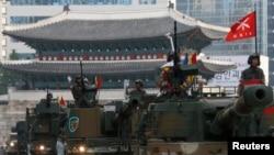 Nam Triều Tiên tổ chức cuộc duyệt binh qui mô lớn kỷ niệm 65 năm ngày thành lập quân đội, đồng thời để răn đe sự gây hấn của Bắc Triều Tiên, ngày 1/10/2013.