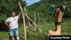 Samir Šišić nije dozvolio da cjevovod ide preko njegovog malinjaka. On kaže da je cjevovod spušten u korito rijeke zbog čega je sistem za navodnjavanje malina na njegovom imanju uništen (Foto: CIN)