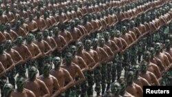 Tentara Indonesia melakukan latihan menjelang parade dalam perayaan HUT TNI di Cilegon, Banten (foto: dok).