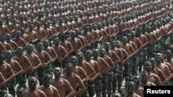 Pasukan TNI melakukan gladi resik untuk peringatan HUT TNI ke-70 di Cilegon, Banten (3/10).