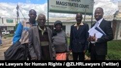 Abantu abaxotshwa nguNkosikazi Grace Mugabe epulazini leManzou belegqwetha labo. © Zimbabwe Lawyers for Human Rights.