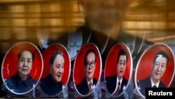 Sebuah toko di Beijing menjual cenderamata piring-piring bergambarkan para mantan pemimpin China (dari kiri ke kanan) Mao Zedong, Deng Xiaoping, Jiang Zemin, Hu Jintao dan Presiden saat ini Xi Jinping (25/10). (Reuters/Thomas Peter)