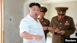 Lãnh tụ Bắc Triều Tiên Kim Jong Un hướng dẫn việc xây cất nhà ở cho các giáo viên trường đại học công nghệ Kim Chaek tại Bình Nhưỡng.