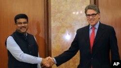 ریک پری وزیر انرژی آمریکا (راست) و دارمندرا پرادان وزیر نفت هند در دهلی نو - ۱۷ آوریل ۲۰۱۸