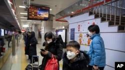 Pasajeros con máscaras en el metro de Beijing el 24 de enero de 2020.