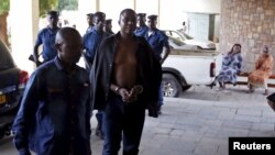 Polisi wakimwingiza mahakamani mjini Bujumbura Jeneral Juvenal Niyungeko wa jeshi la Burundi, May 16, 2015.