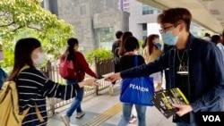 香港民間人權陣線召集人陳皓桓派傳單,呼籲市民關注入境條例修訂 (美國之音湯惠芸)