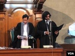 پنجاب اسمبلی کے اسپیکر پرویز الہی نو منتخب ڈپٹی اسپیکر دوست محمد مزاری سے حلف لے رہے ہیں ۔ 16 اگست 2018