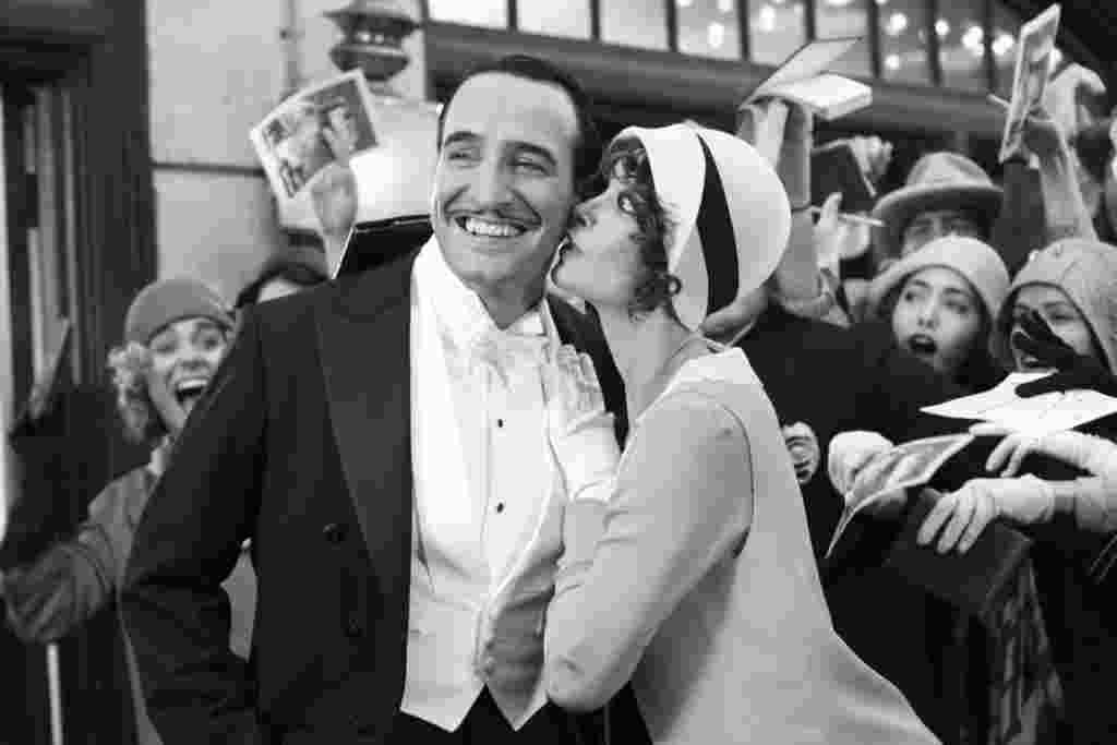 """Selain mendapat nominasi Film Terbaik, pemeran utama dalam film """"The Artist"""" Jean Dujardin mendapat nominasi sebagai Aktor Terbaik, dan Bejo (kanan) meraih nominasi sebagai Aktris Pendukung Terbaik (Foto: Weinstein Co.)."""