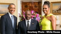 Le président de la RDC Joseph Kabila, au centre, aux côtés de son homologue américain, Barack Obama, et de sa femme, Michelle Obama.