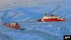Ледокол береговой охраны США (справа) и российский танкер «Ренда»