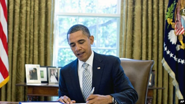 President Barack Obama signs the National Aeronautics and Space Administration Authorization Act of 2010 in the Oval Office, 11 Oct 2010