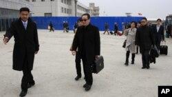 17일 우다웨이 중국 측 6자회담 수석대표(가운데)가 평양 공항에서 도착했다.