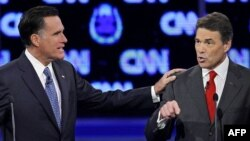 Republikanski predsednički pretendenti, bivši guverner Masačusetsa, Mit Romni i guverner Teksasa, Rik Peri na sinoćnjoj debati u Las Vegasu.