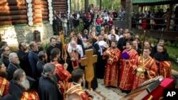 Verska služba na mestu gde su pokopani posmrtni ostaci carske porodice