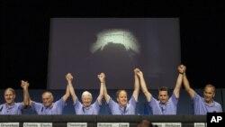 Các khoa học gia và kỹ sư tại Phòng thí nghiệm Không gian Hỗn hợp gần thành phố Los Angeles ăn mừng tàu thám hiểm Curiosity đáp xuống Sao Hỏa, ngày 5/8/2012