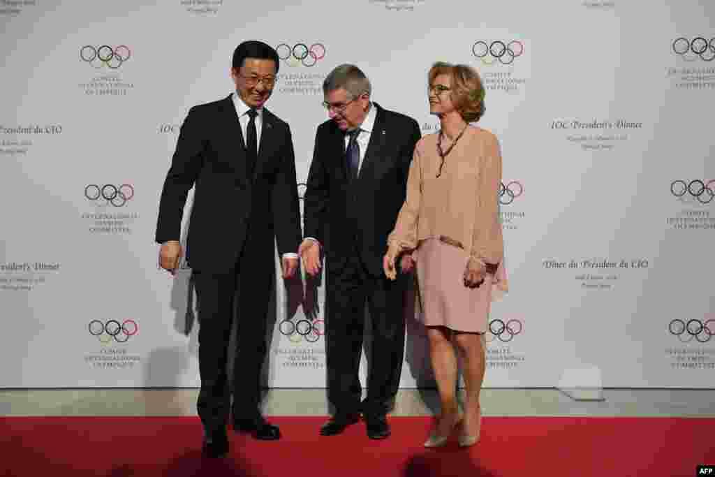 2018年2月8日平昌冬奥会开幕式前夕,在总统宴会上,国际奥委会主席托马斯·巴赫(中)和他的妻子克劳迪娅·巴赫与中国政治局常委韩正在平昌。