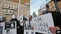 """支持阿桑奇的人示威,标语牌上写着""""我是阿桑奇"""",""""释放阿桑奇"""""""