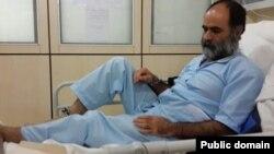 سعید رضوی فقیه، روزنامهنگار و فعال سیاسی اصلاحطلب، با دستبند و پابند در بیمارستان